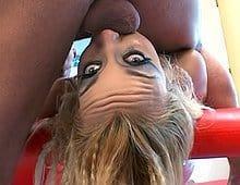 Docile, cette poupée gonflable blonde vous fait la totale !